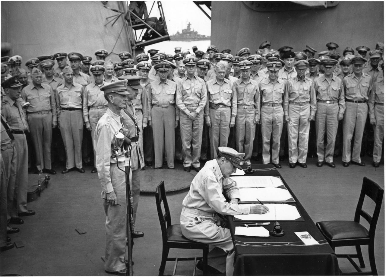 1945. 9. 2. 일본 도쿄만. 미 미조리 호 함상에서 맥아더 원수가 일본의 항복문서에 서명하고 있다.