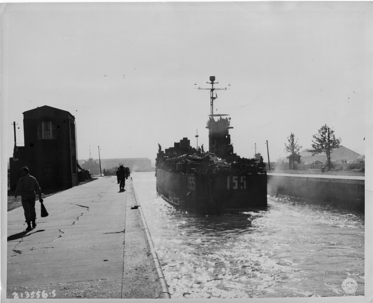 1945. 9. 28. 인천. 30년 전, 미국인 기술자의 손으로 건설한 인천항 도크에 미군 군함이 들어오고 있다.