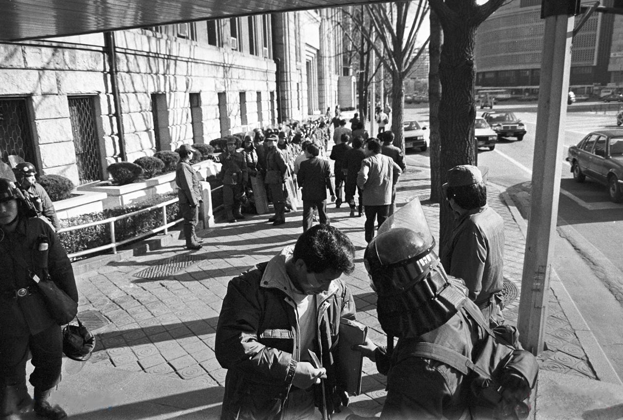 80년대에는 반정부시위를 통제하기 위해 경찰력을 동원하여 시내 요소요소서 불심검문을 자주 행했다. 사진은 80년대 서울시청 길에서의 검문 모습.