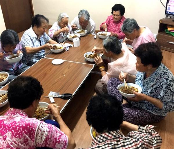 경북 성주군 소성리 주민들이 23일 점심 때 '2017 경남노동자 통일선봉대'가 만들어 제공한 자장면을 먹고 있다.