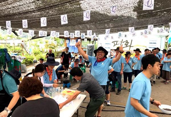 '2017 경남노동자 통일선봉대'는 23일 점심 때 경북 성주 소성리에서 '사드 반대 투쟁'을 벌이면서 자장면 봉사활동을 벌였다.