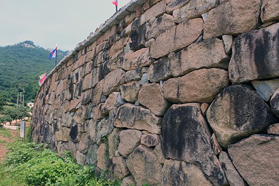 발포만호성 성벽. 사당 외삼문은 성벽 끝까지 가면 나온다.