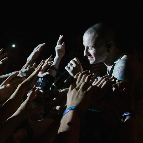 관객들의 손을 잡고 노래하는 고 체스터 베닝턴의 모습.