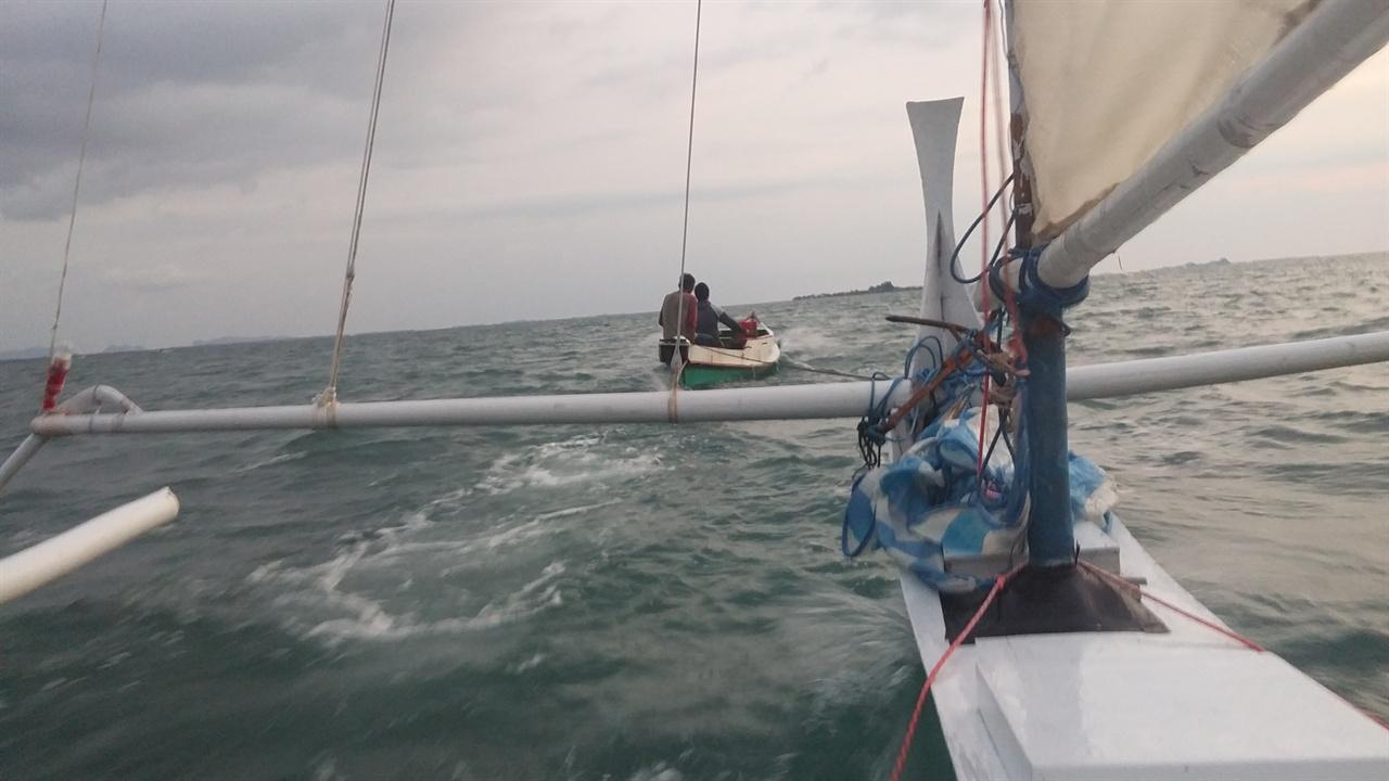 멈춰있던 우리 요트를 끌어준 아부와 사쿠알라 섬 사람 섬 가까이 갔지만 바람 방향이 맞지 않아 헤매던 중에 나타나 우리를 끌어주었다. 힘들때 도와주는 친구처럼 소중한것이 없듯이 예인선(끌어주는 배)은 큰 힘이 된다