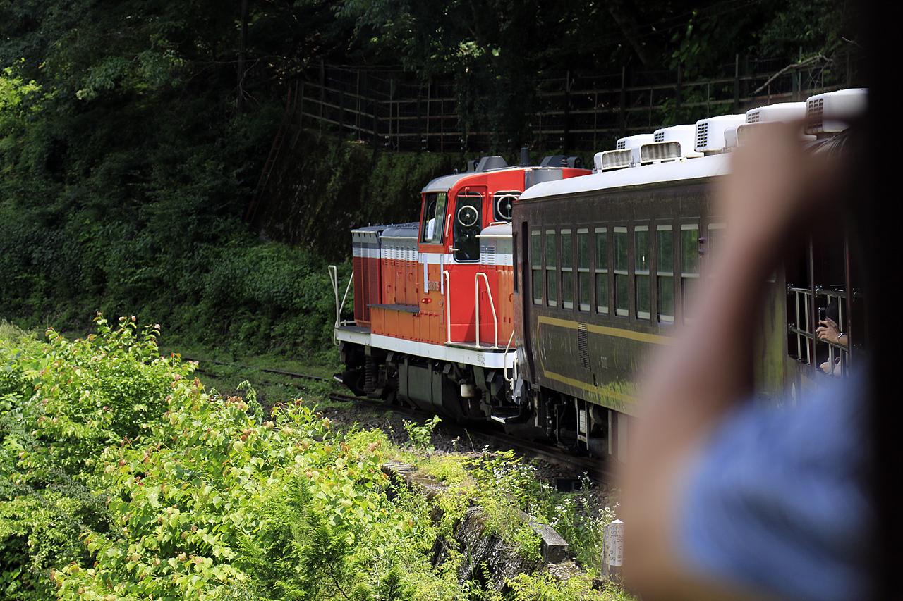 토로코와타라세계곡호 디젤기관차의 모습을 곡선부분에서 바라본 모습