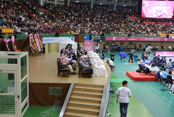 대한배구협회 고위 관계자들이 수원 실내체육관 귀빈석 단상에서 2017 여자배구 월드그랑프리 대회를 관전하고 있다. 반면, 일부 배구 팬들은 자리가 없어 통로와 계단에 서 있거나 주저앉아 관람하기도 했다.