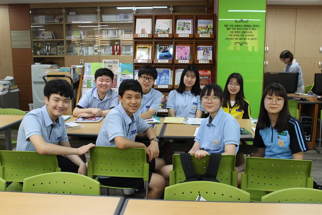 발산중학교 4차산업연구동아리 회원들  - 학교 도서관에서 자율동아리 모임을 갖고 있다.