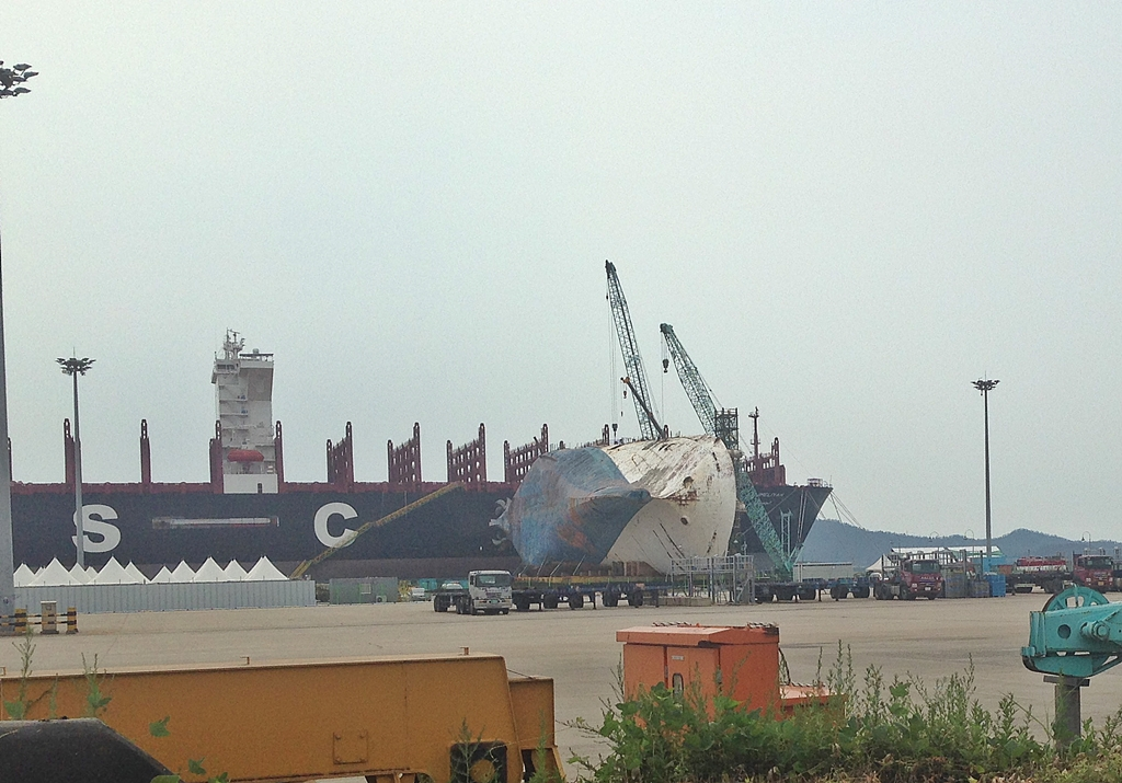 저 멀리 보이는 세월호 저 배를 세울 크레인이 우리나라에 없어서 뉘인 체 작업하고 있다고 한다.