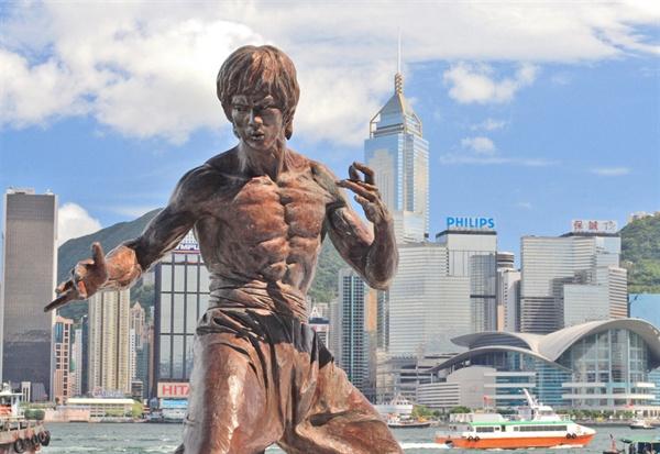 홍콩 영화는 이소룡 등 무술 영웅을 전면에 내건 독특한 콘셉트로 아시아 영화의 세계화를 선도했다. 사진은 홍콩 침사추이 해안공원 '스타의 거리'에 있는 이소룡 기념 동상.