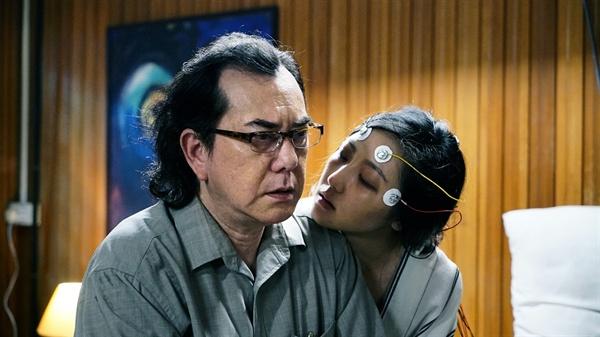 올해 '제21회 부천국제판타스틱영화제'에 초대된 홍콩 영화 <불면의 저주>(失眠)의 한 장면. 한 가족을 집어삼킨 불면증의 원인을 추적하는 소재를 다뤄 비교적 무거운 분위기를 자아낸다.