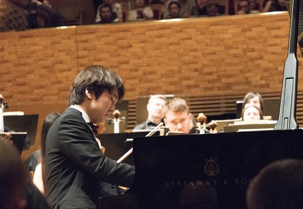 조성진이 앙코르 곡으로 베토벤의 소나타를 연주하고 있다.