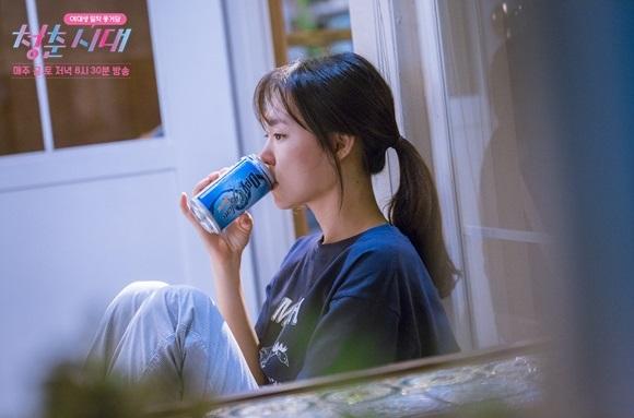 드라마 <청춘시대>의 윤진명. 일요일마다 자신을 위로하는 의식으로 맥주를 한 캔씩 마신다.