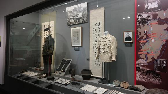 근대 역사실에 전시되고 있던 근대 일본군의 군복 및 무기류들
