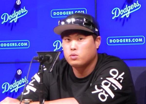 류현진이 25일(한국시간) 미국 캘리포니아 주 로스앤젤레스 다저스타디움에서 열린 미네소타 트윈스와 2017 미국프로야구 메이저리그 홈 경기에 후반기 처음이자 26일 만의 선발 등판을 마친 뒤 인터뷰하고 있다.