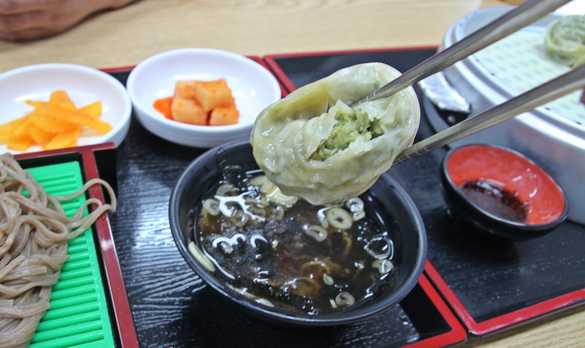 만두를 소바 육수에 적셔 먹으면 또 다른 맛으로 다가온다.