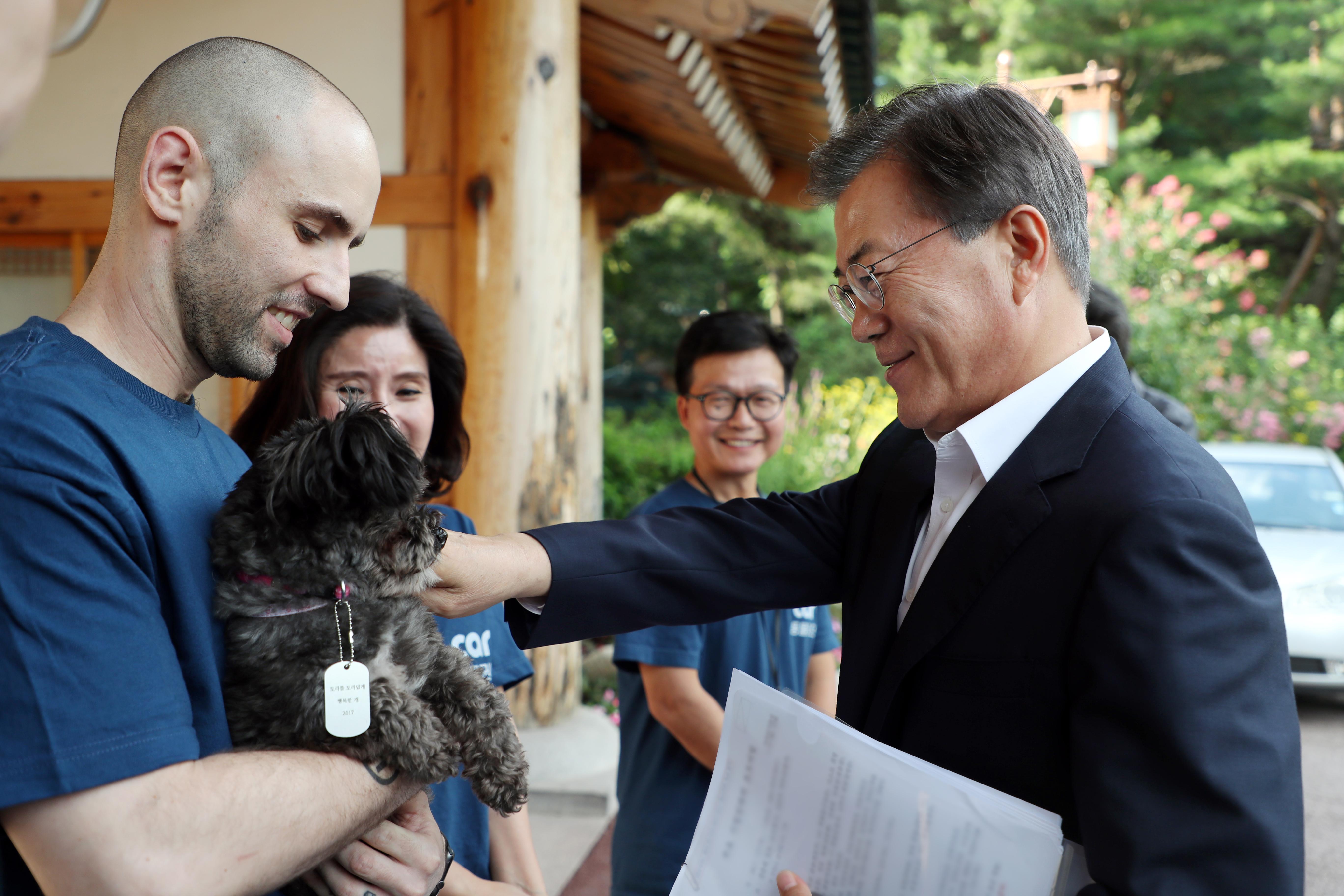 문재인 대통령이 26일 오후 청와대에서 동물단체 '케어'로 부터 유기견이었던 '토리'를 맞이하고 있다.
