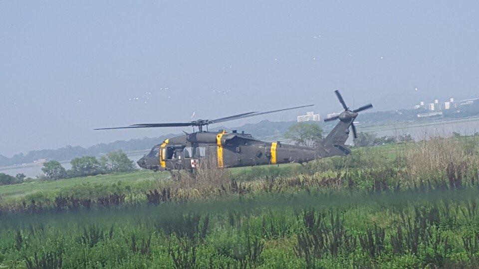 7월 5일 촬영된 사진. 헬기 뒷부분에 'UNITED STATES ARMY'라고 쓰인 글씨가 희미하게 보인다