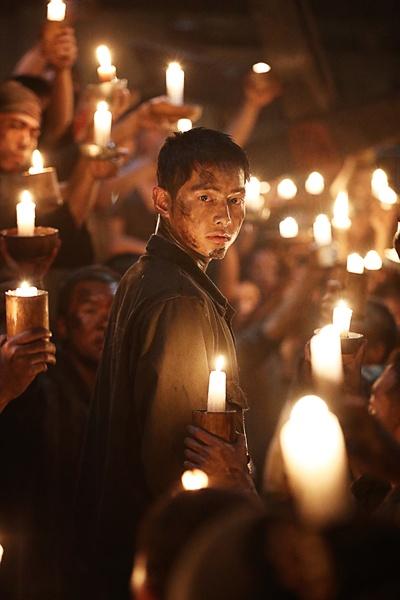 영화 <군함도>의 한 장면. 광화문 촛불집회를 연상하게 하는 이 장면에서 관객들은 '억지감동'에 대한 거부감을 느꼈다.