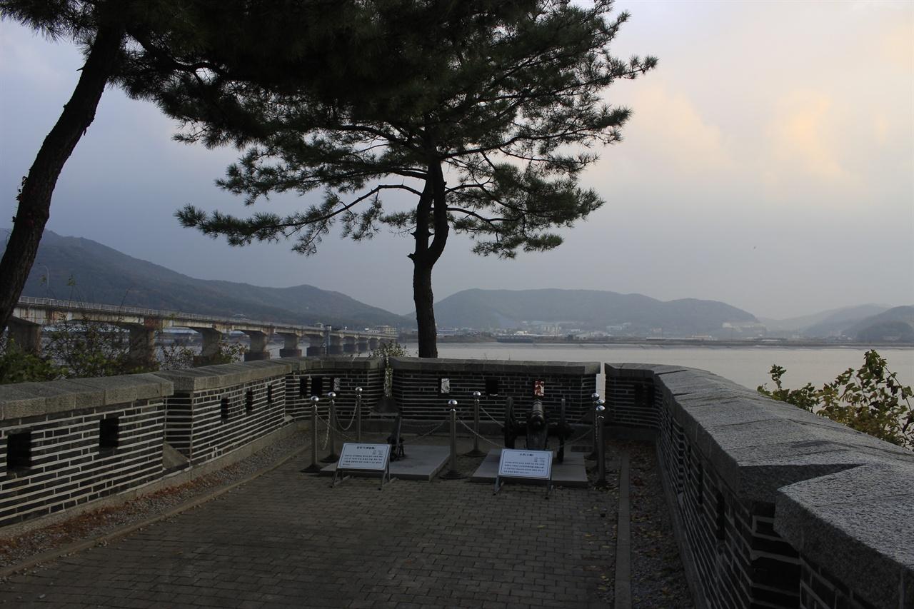 강화도의 포대 중 하나인 갑곶돈대의 모습. 옆의 다리는 이전에 강화와 서울을 이었던 구 강화대교이다.