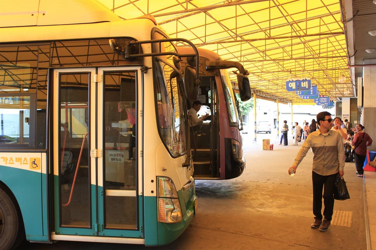 언양터미널에 12번 버스가 승객을 태우기 위해 대기하고 있다. 12번 버스는 울산과 부산을 잇는 몇 안되는 완행버스다.