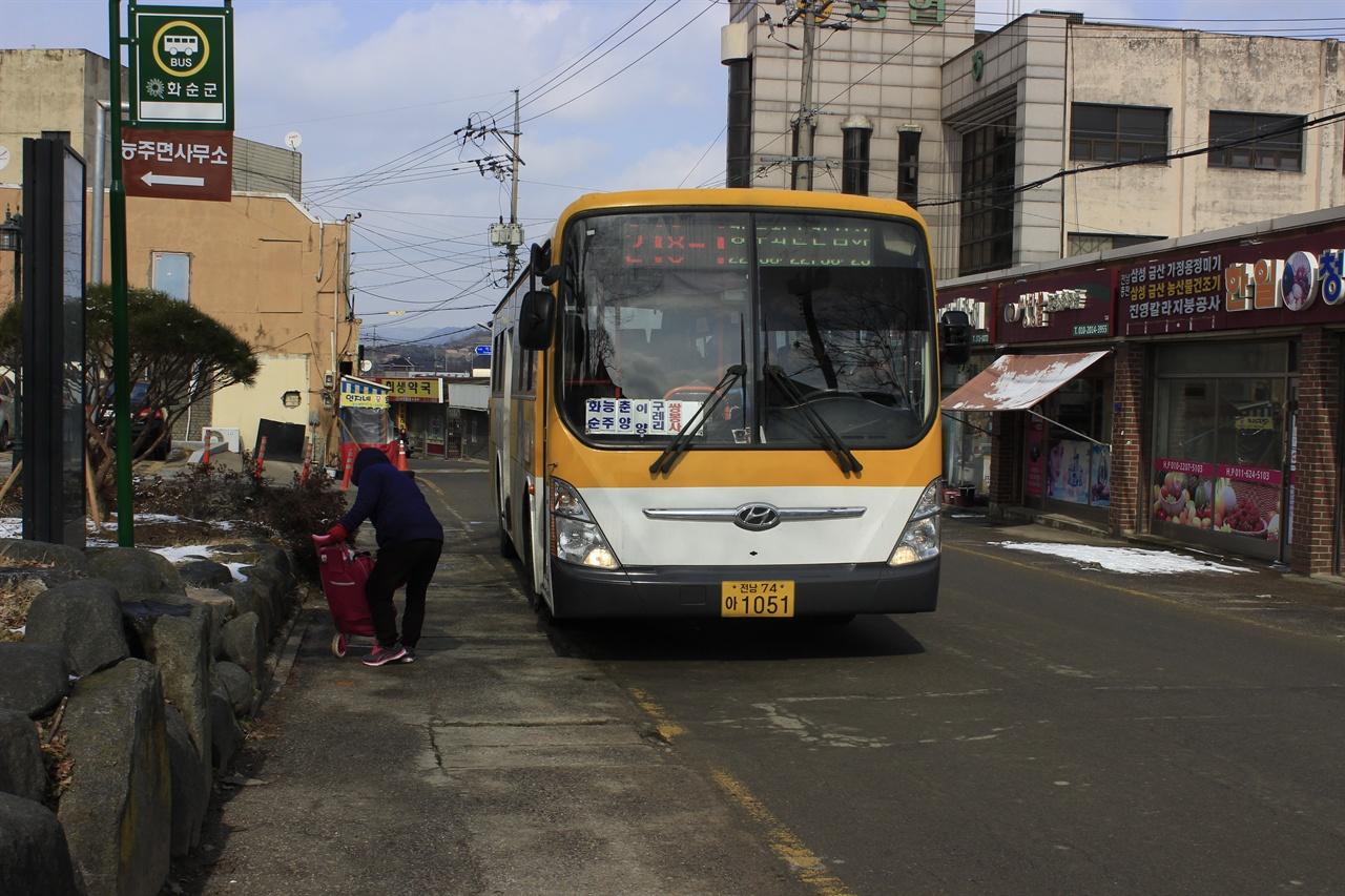 능주면을 지나는 운주사행 화순교통 버스. 화순교통의 대부분 노선이 장거리 운행을 하는 것으로 유명하다.