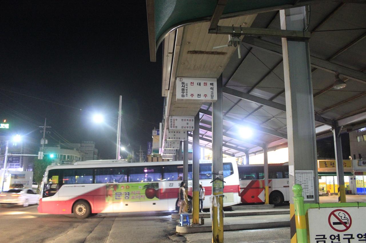속초시외버스터미널. 백담사, 부산 등 여러 방향으로의 완행버스가 오간다.