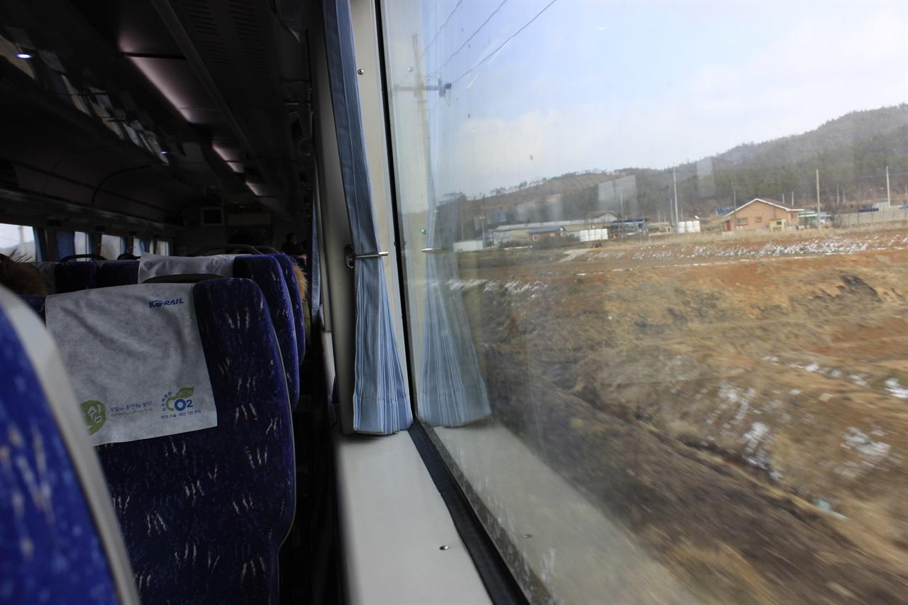 완행열차는 이렇듯 처음 보는 논밭, 그리고 작은 도로에 이르기까지 하나 빠짐없이 눈 안에 담을 수 있다는 장점이 있다.