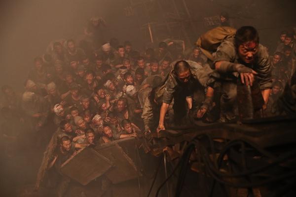 영화 <군함도>의 한 장면.