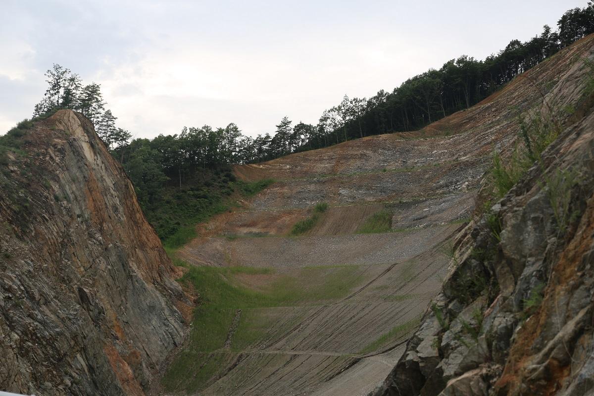 영주댐 공사를 하면서 깎아낸 산이 처참한 몰골을 드러낸 채 방치돼 있다.