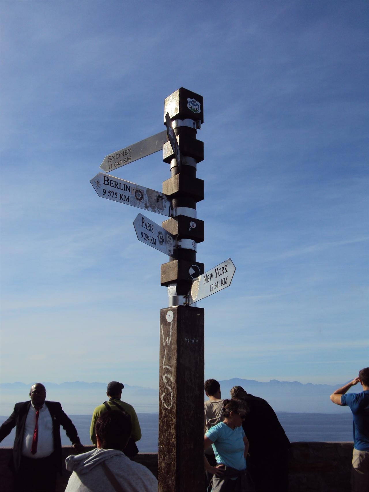 케이프포인트 등대 정상에 서 있는 세계주요도시까지의 거리를 표시한 이정표