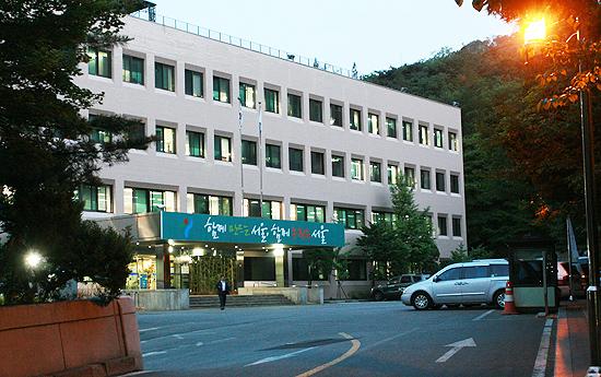 안기부 5국이 사용하던 남산 기슭에 있는 4층 건물. 지하에 민주인사들을 취조하던 조사실이 있었다. 지금은 서울시청 별관으로 쓰이고 있다.