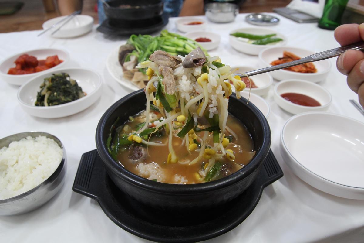 구수한 맛의 깊이가 느껴지는 순천 아랫장 거목순대국밥집의 순대국밥이다.