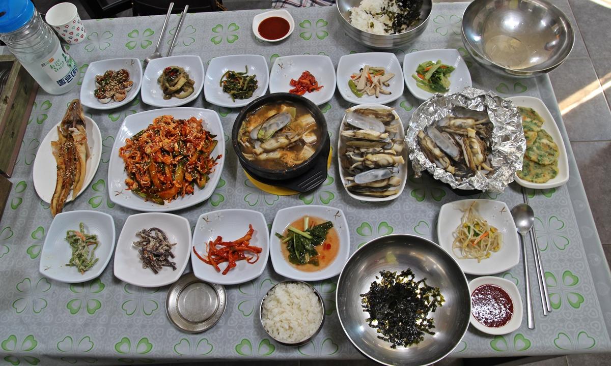 맛조개무침, 맛조개구이, 맛조개 찜 등 다양한 맛조개 맛을 즐길 수 있는 맛조개정식 상차림이다.