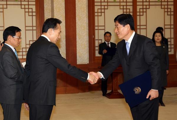 이명박 전 대통령이 2009년 2월 12일 오후 청와대에서 원세훈 전 국가정보원장에게 임명장을 주고 있다.