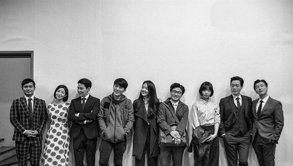 <비밀의 숲> 공식 홍보 계정에 올라 온 출연 배우들의 기념 사진.