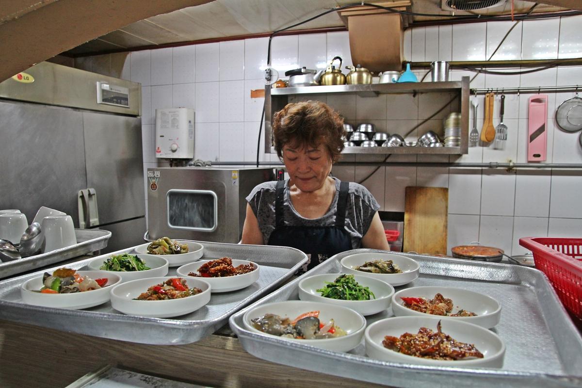 여수 홍가의 전라도 아짐이 음식을 준비하고 있다.
