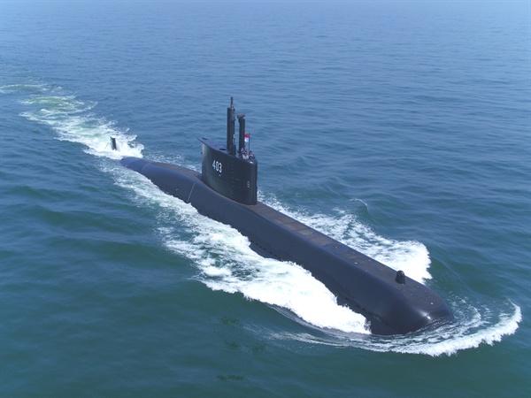 대우조선해양이 건조한 국내 최초 수출잠수함인 인도네시아 1,400톤급 잠수함의 항해.
