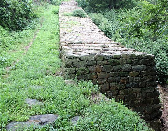남고산성, 이정난은 이곳에 복병을 배치하여 (조선군 군대가 많을 것이라고 의심하게 만듦으로써) 일본군의 전진을 막았다.