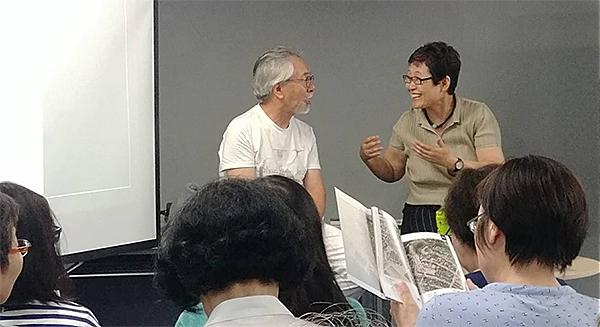 도다 이쿠코 1 도쿄 진보쵸에서 열린 『모던인천 시리즈 1』출간 설명회에서 도미이 마사노리 교수(왼쪽)와 도다 이쿠코 대표의 모습