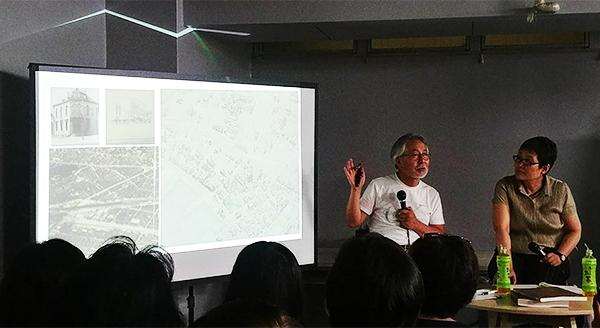도미이 교수   1930년대 서울과 인천이 지도로 그려진 상황을 설명하는 도미이 교수
