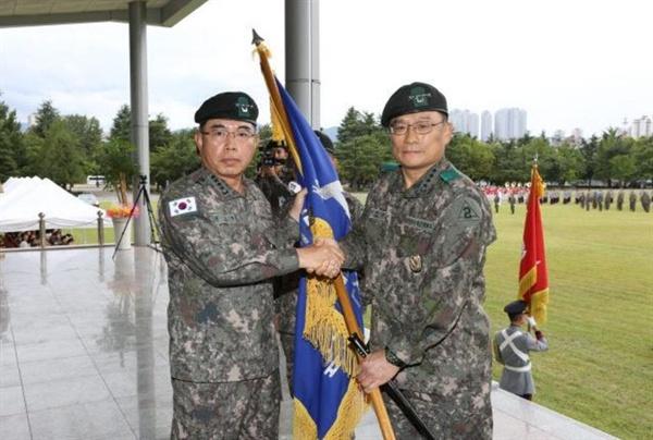 2015년 9월, 김요환 육군참모총장이 박찬주 신임 2작전사령관에게 부대기를 이양하고 있다. 박 대장은 대장 승진과 동시에 2작전사령관으로 임명됐다.