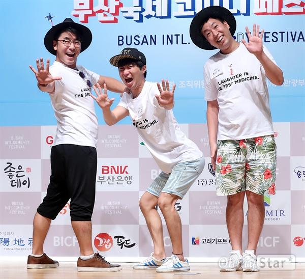 '부코페' 졸탄쇼, 웃음 기대해! 3일 오후 서울 동자동 동자아트홀에서 열린 제5회 부산국제코미디페스티벌 기자회견에서 '졸탄쇼'의 이재형, 한현민, 정진욱이 포토타임을 갖고 있다. 올해로 5회를 맞은 부산국제코미디페스티벌은 8월 25일부터 9월 3일까지 10일간 부산 영화의 전당과 부산디자인센터 이벤트홀, 신세계 센텀시티 문화홀 등에서 열리며 10개국 51개팀이 참여할 예정이다.