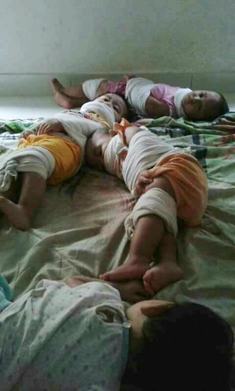 현지 개인인터넷뉴스방송국인 SUN TVHD가 자체 공식 페이스북에 올린, 어린이 납치 현장 사진. 이 사진이 캄보디아 전역을 분노와 충격에 빠뜨렸지만, 이 사진의 정확한 출처는 불분명하다.
