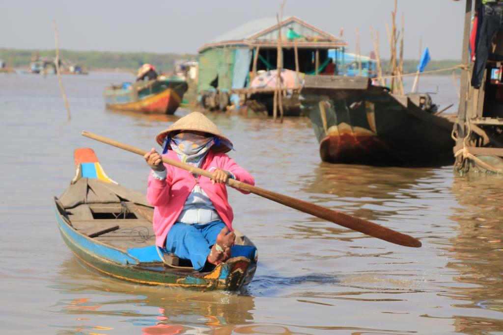 내전과 탄압을 피해 수십년 전 캄보디아로 들어와 톤레삽 호수주변에서 살고 있는 베트남 이주민의 모습.  최근 유권자 신원확인검색이 강화되면서 이들은 선거권마져 잃게 됐다.