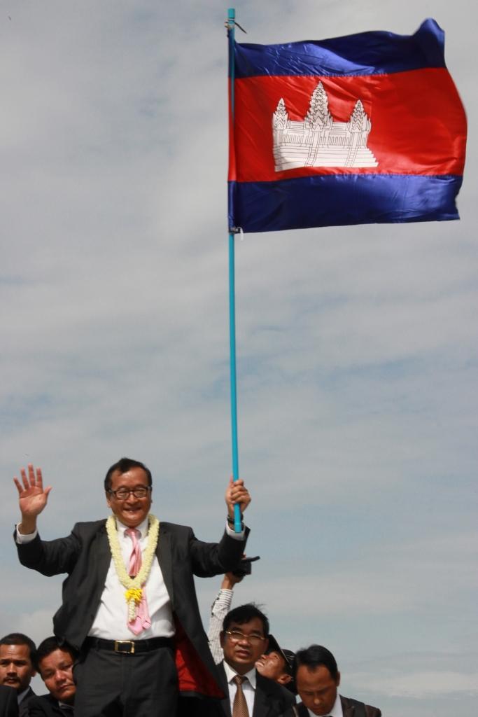최근 총재직을 사임한 제1 야당 지도자 삼 랭시는 민족주의적 성향이 강한 정치인으로 친베트남 성향의 훈센총리와 정부여당을 비난해왔다. 사진은 스스로 망명길을 떠났던 삼 랭시가  2013년 총선을 앞두고 고국에 돌아왔을 당시 공항앞에서 벌어진 퍼레이드 모습.