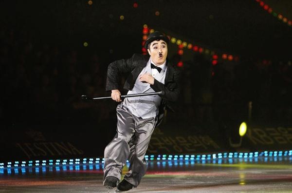 SBS <김연아의 키스 & 크라이>의 한 장면. 김병만은 찰리 채플린을 연기했다.
