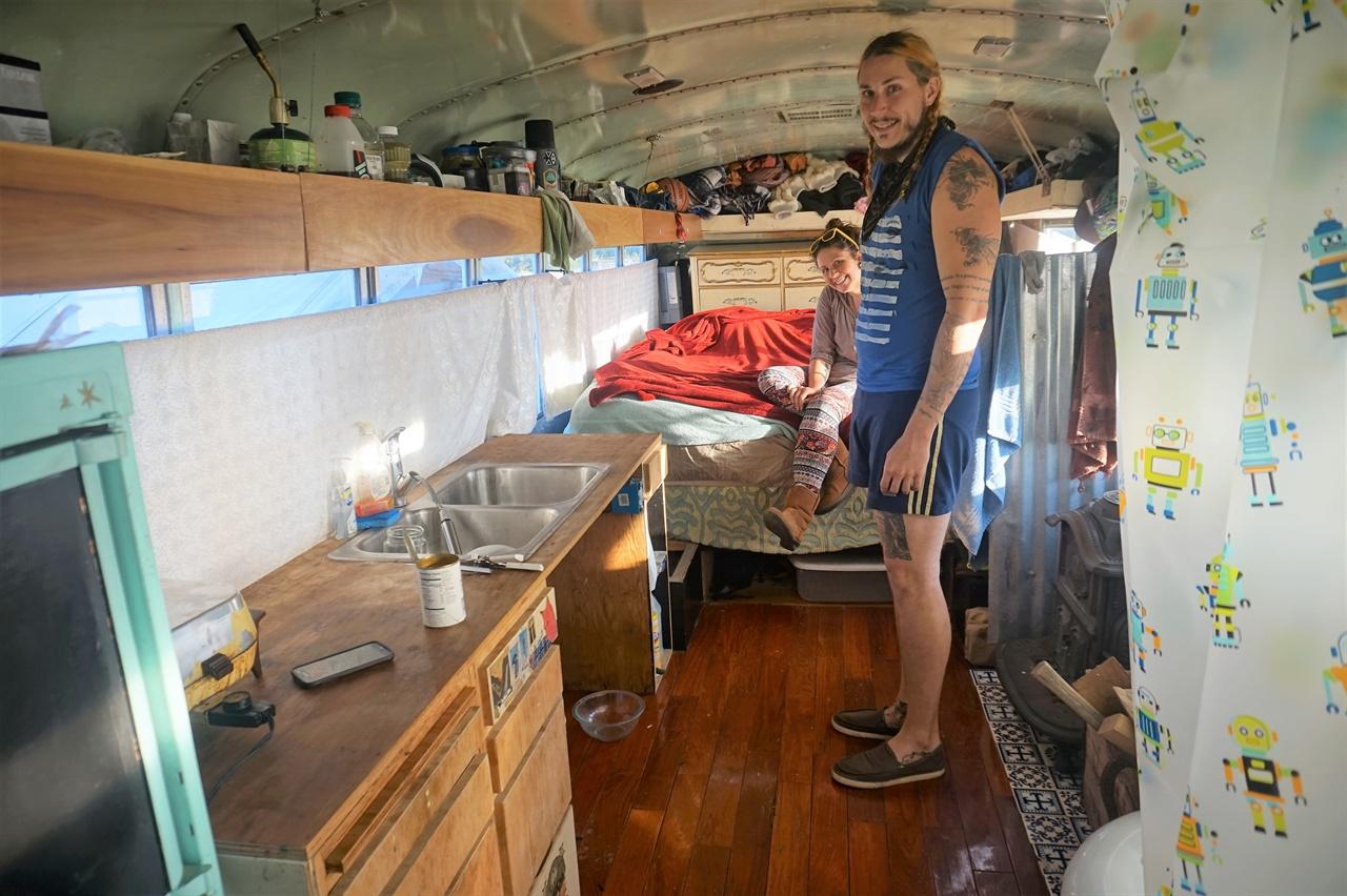 조엘의 스쿨버스 하우스 내부 조엘과 조엘의 여자친구 브리즈