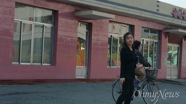 식당을 묻는 우리에게 친절히 가르쳐 주는 평안남도 개천군의 여성.