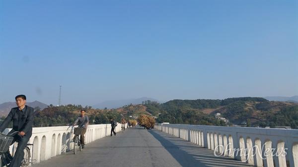 평안남도 개천군을 지나는 청천강 위의 다리.