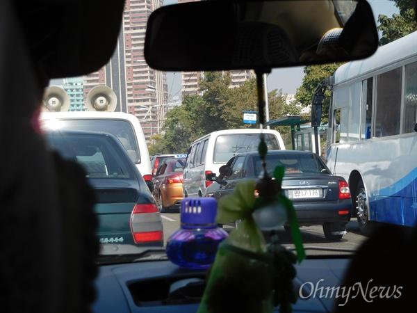 평양 시내의 차량 행렬. 교통량이 늘어났다.